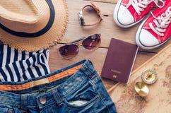 Accesorios para el adolescente en sus vacaciones Sombrero de paja, gafas de sol elegantes, bolso de cuero marrón, zapatos rojos y Imágenes de archivo libres de regalías