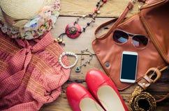 Accesorios para el adolescente en sus vacaciones Sombrero de paja, gafas de sol elegantes, bolso de cuero marrón, zapatos rojos y Fotos de archivo libres de regalías