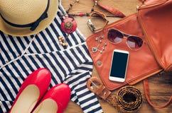 Accesorios para el adolescente en sus vacaciones Sombrero de paja, gafas de sol elegantes, bolso de cuero marrón, zapatos rojos y Fotos de archivo