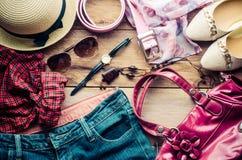 Accesorios para el adolescente en sus vacaciones, sombrero, elegantes para las gafas de sol del verano, el bolso de cuero, los za Foto de archivo libre de regalías