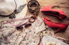 Accesorios para el adolescente en sus vacaciones, sombrero, elegantes para las gafas de sol del verano, el bolso de cuero, los za Imagen de archivo