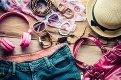 Accesorios para el adolescente en sus vacaciones, sombrero, elegantes para las gafas de sol del verano, el bolso de cuero, los za Foto de archivo