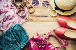 Accesorios para el adolescente en sus vacaciones, sombrero, elegantes para las gafas de sol del verano, el bolso de cuero, los za Fotografía de archivo