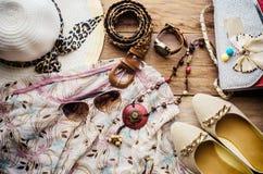 Accesorios para el adolescente en sus vacaciones, sombrero, elegantes para las gafas de sol del verano, el bolso de cuero, los za Imágenes de archivo libres de regalías