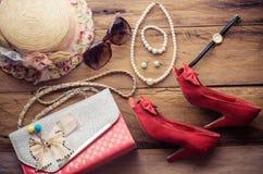 Accesorios para el adolescente en sus vacaciones, sombrero, elegantes para las gafas de sol del verano, el bolso de cuero, los za Fotos de archivo libres de regalías