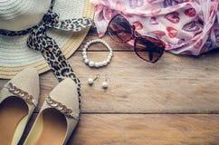 Accesorios para el adolescente en sus vacaciones, sombrero, elegantes para las gafas de sol del verano, los zapatos y el traje en Fotos de archivo