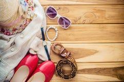 Accesorios para el adolescente en sus vacaciones, sombrero, elegantes para las gafas de sol del verano, los zapatos y el traje en Fotografía de archivo libre de regalías