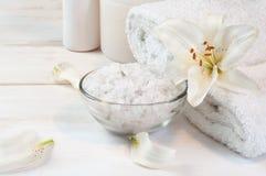 Accesorios para el baño adornado con el lirio blanco Fotos de archivo