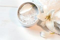 Accesorios para el baño adornado con el lirio blanco Imagen de archivo libre de regalías
