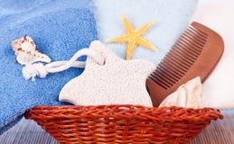 Accesorios para el baño en cesta Imagen de archivo libre de regalías