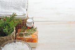 Accesorios para el baño en el fondo de madera blanco Fotos de archivo libres de regalías