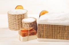 Accesorios para el baño en el fondo de madera blanco Imagenes de archivo