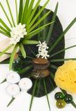 Accesorios para el balneario con las flores del jazmín Foto de archivo libre de regalías