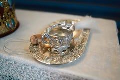 Accesorios para el bautismo del niño de acuerdo con las tradiciones de la iglesia - una bandeja de plata y jarra Fotografía de archivo