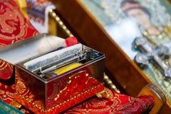 Accesorios para el bautismo del niño de acuerdo con tradiciones de la iglesia ortodoxa foto de archivo libre de regalías
