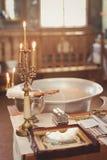 Accesorios para el bautizo baño en la fuente bautismal Imagen de archivo