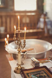 Accesorios para el bautizo baño en la fuente bautismal Fotos de archivo