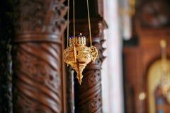 Accesorios para el bautizo de los iconos de los niños de las velas y de la fuente, la iglesia de Ortodox El sacramento de niños Foto de archivo libre de regalías