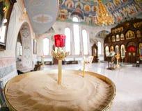 Accesorios para el bautizo de los iconos de los niños de las velas y de la fuente, la iglesia de Ortodox El sacramento de niños Imágenes de archivo libres de regalías