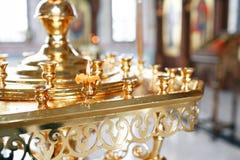 Accesorios para el bautizo de los iconos de los niños de las velas y de la fuente, la iglesia de Ortodox El sacramento de niños Imagen de archivo