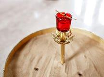 Accesorios para el bautizo de los iconos de los niños de las velas y de la fuente, la iglesia de Ortodox El sacramento de niños Imagenes de archivo