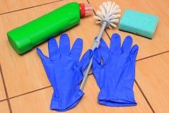 Accesorios para el cuarto de baño de limpieza en el suelo de la cerámica Fotografía de archivo libre de regalías