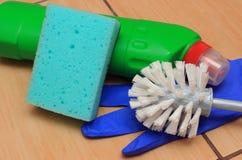 Accesorios para el cuarto de baño de limpieza en el suelo de la cerámica Fotos de archivo libres de regalías