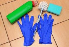 Accesorios para el cuarto de baño de limpieza en el suelo de la cerámica Fotografía de archivo