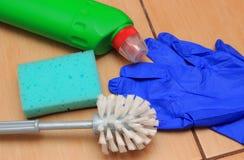 Accesorios para el cuarto de baño de limpieza en el suelo de la cerámica, concepto de deberes del hogar Fotos de archivo libres de regalías