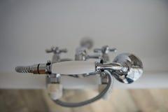 Accesorios para el cuarto de baño Mezclador y ducha Abra la abertura, foco sobre los detalles Color: plata, cromo Foto de archivo libre de regalías