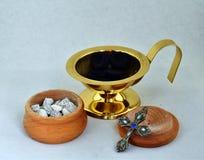 Accesorios para el humo del aroma del incienso que enciende y de la producción fotografía de archivo libre de regalías