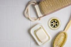 Accesorios para el lavado del cuerpo en el cuarto de baño Fotografía de archivo libre de regalías
