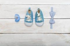 Accesorios para el muchacho, maniquí, corbata de lazo, zapatos Endecha plana Foto de archivo libre de regalías