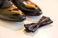 Accesorios para el novio Mariposa y zapatos El novio determinado Butterfly calza mancuernas de las correas Foto de archivo libre de regalías