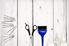 Accesorios para el pelo del ` s de las mujeres en un fondo de madera Imagen de archivo