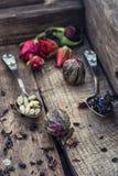 Accesorios para el té en una caja de madera del vintage Foto de archivo