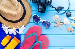 Accesorios para el verano en piso de madera azul Fotos de archivo