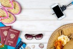 Accesorios para el viaje en el fondo de madera blanco Fotos de archivo libres de regalías