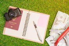 Accesorios para el viaje pasaporte, cámara, dólar billete de banco Imagen de archivo libre de regalías