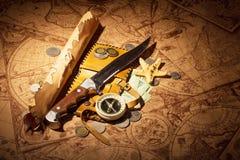 Accesorios para el viajero en el fondo de mapas viejos Imagen de archivo