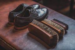 Accesorios para el zapato que brilla con un par de abarcas Imagen de archivo libre de regalías