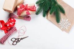 Accesorios para embalar regalos de Navidad creativos Imagen de archivo libre de regalías