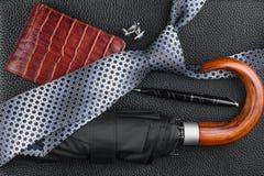 Accesorios para hombre clásicos, lazo, paraguas, monedero, pluma, mancuernas en el cuero natural Fotografía de archivo
