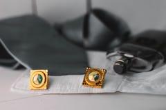 Accesorios para hombre Lazo gris con el puño y el perfume Foto de archivo libre de regalías