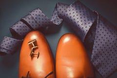 Accesorios para hombre Zapatos de Brown con el lazo Imagen de archivo libre de regalías