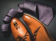 Accesorios para hombre Zapatos de Brown con el lazo y el puño Foto de archivo