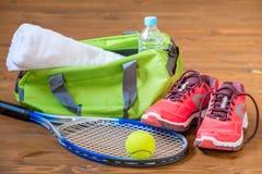 Accesorios para jugar mentira del tenis en el piso de madera Foto de archivo