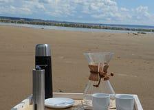Accesorios para la alternativa que prepara el café en una bandeja en la orilla del río Fotografía de archivo libre de regalías
