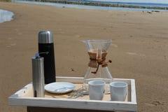 Accesorios para la alternativa que prepara el café en una bandeja en la orilla del río Imagen de archivo libre de regalías