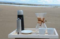 Accesorios para la alternativa que prepara el café en una bandeja en la orilla del río Imagenes de archivo